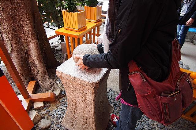 住吉大社のパワースポットおもかる石