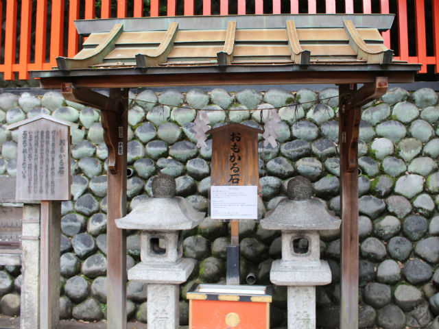 京都 伏見稲荷のおもかる石