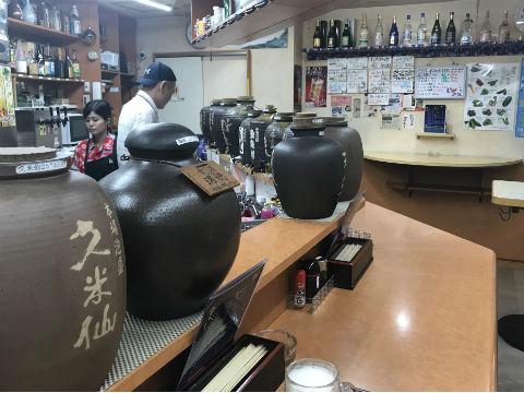 はながさの沖縄料理 一階の店内